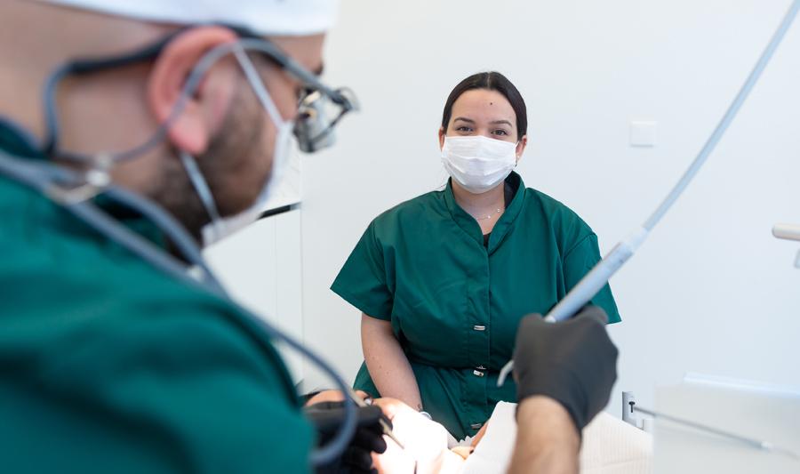 Tandarts voert tandheelkundige behandeling uit