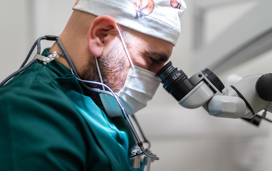 Tandarts voert een wortelkanaalbehandeling uit